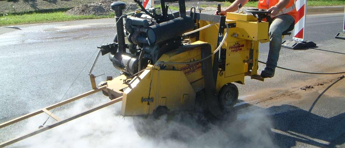 Asfaltzagen met asfaltzaagmachine - Asfaltzaag- en Betonborenbedrijf K. Wijma BV
